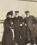 Louis M. Ogden en zijn vrouw Augusta, samen met de kapitein van de RMS Carpathia, tijdens hun wereldreis die hen tot op de plaats van de ramp zou brengen.