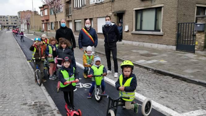 Eikelstraat is vernieuwd en officieel ingefietst door allerkleinste Eeklonaartjes