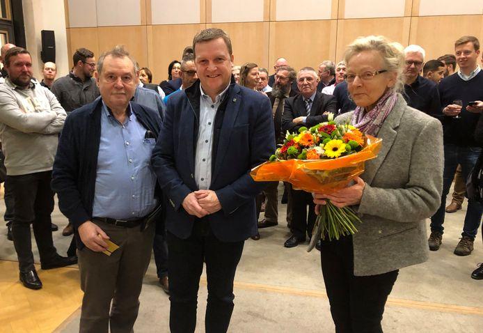 Pierre Gladiné (links) met zijn echtgenote en burgemeester Paul Van Miert