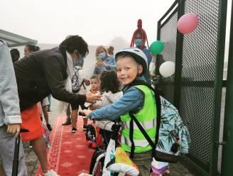 Basisschool De Hazelaar onthaalt leerlingen op rode loper voor 'Strapdag'