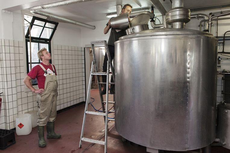 Brouwers van brouwerij 't IJ aan het werk. De brouwerij was één van de pioniers bij de terugkeer van de kleine, lokale ambachtelijke bieren. Beeld Marc Driessen