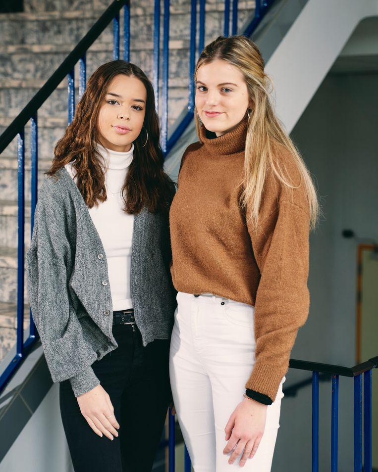 Laura en Elize. 'Mijn broek kostte 60 euro. Ik zou het dubbele willen geven mocht ik zeker weten dat hij eerlijk gemaakt is', belooft Laura (16). Elize (16):  'Ik koop Liever duurdere stukken die langer meegaan, maar toch is mode voor mij een wegwerpproduct.'  Beeld Joris Casaer