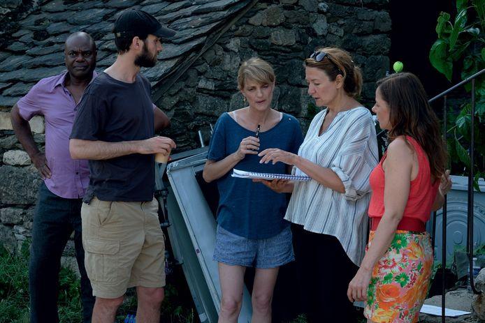"""Caroline Vignal et ses acteurs sur le tournage du film """"Antoinette dans les Cévennes""""."""