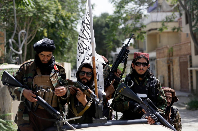 Talibanstrijders tonen demonstratief hun vlag, eerder deze week in de Afgaanse hoofdstad Kaboel. Andere terreurorganisaties in de wereld putten moed uit de gang van zaken in Afghanistan. Beeld AP