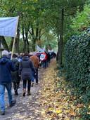 Een kleine honderd mensen namen deel aan de stille protesttocht in Vught.