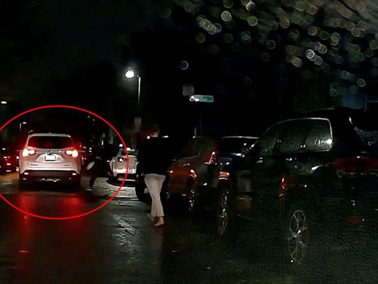 Auto rijdt weg met passagier die aan portier hangt