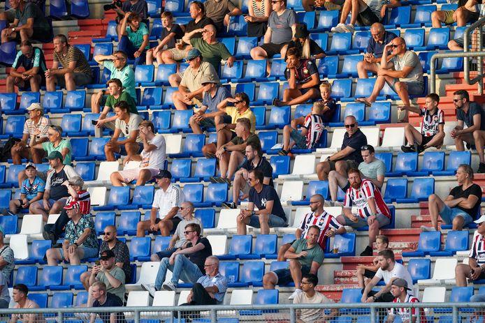 Fans van Willem II bij de oefenwedstrijd tegen PSV tijdens de voorbereiding van dit seizoen.