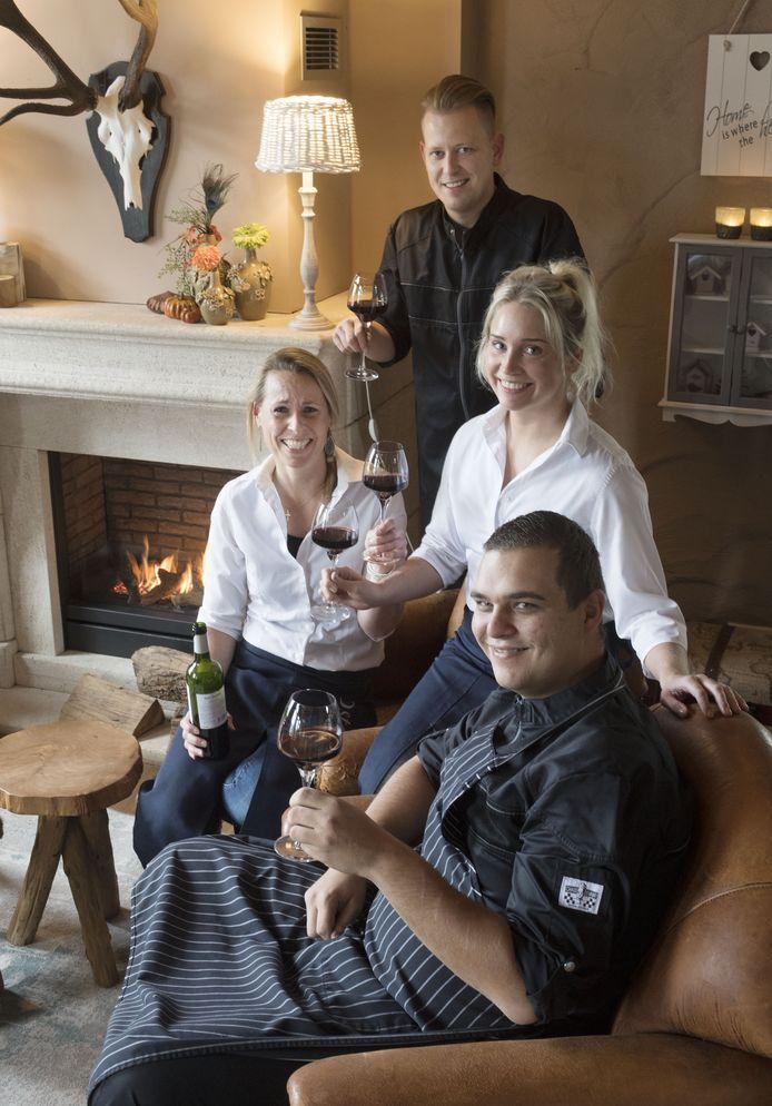 Personeel van De Postelhoek met de vrouwen Sylvia Rouwers (links) en Lotti Bartels. De mannen zijn chef-kok Pascal Rohaan (achteraan) en William Bannink.
