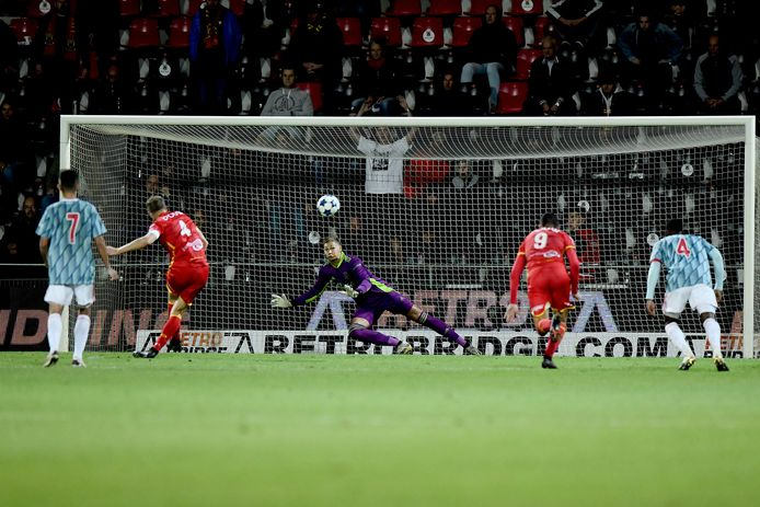 Jeroen Veldmate mist de penalty voor Go Ahead Eagles