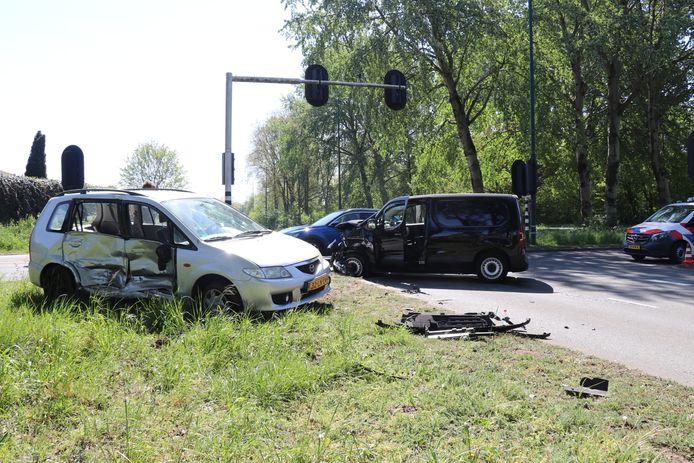 Bij de botsing raakten twee mensen gewond.