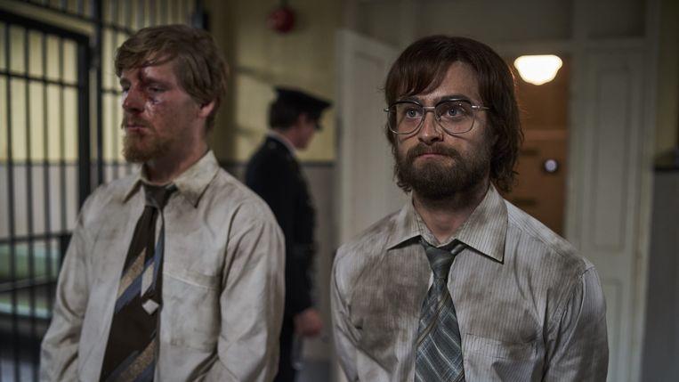 Daniel Webber (als Stephen Lee) en Daniel Radcliffe (als Tim Jenkin) in de entertainende gevangenisfilm 'Escape from Pretoria'. Beeld /