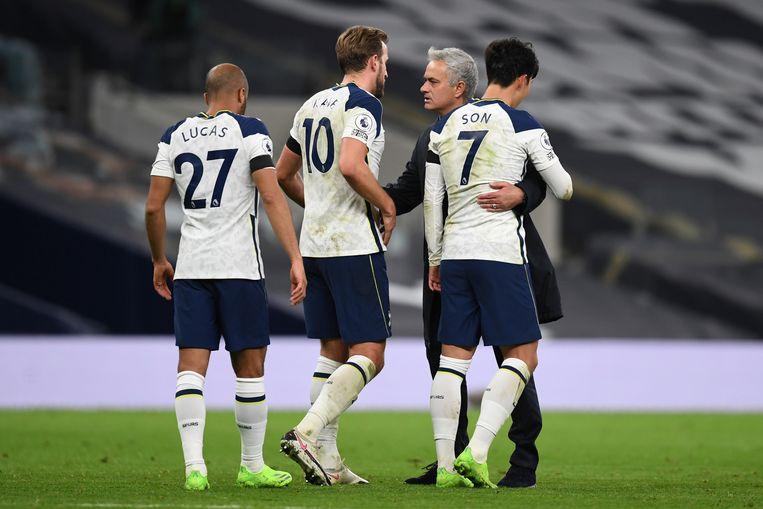 Mourinho met een drietal Tottenham spelers.  Beeld AP