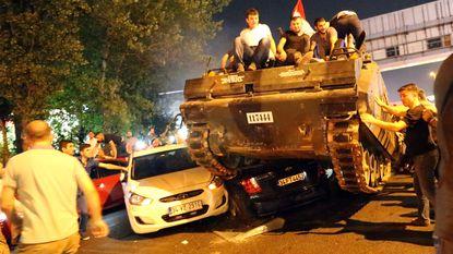 Turkije herdenkt mislukte coup en pakt tientallen IT'ers op