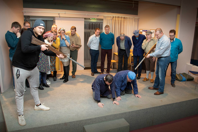 Plaet Gespeuld repeteert het stuk met regisseur Antoon Hol in zorgcentrum de Hey Acker in Beneden-Leeuwen.