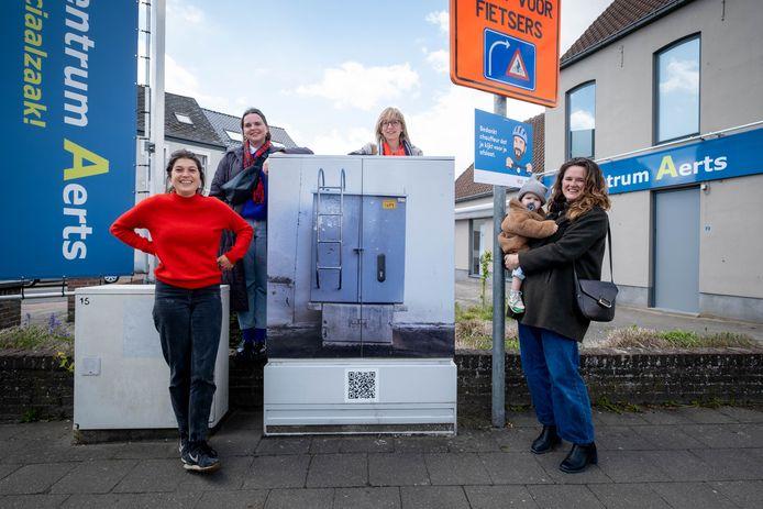 Lola Daels, Marion Beeck, schepen Van den Brande en Polien Boons staan bij een nutskast die kunst werd