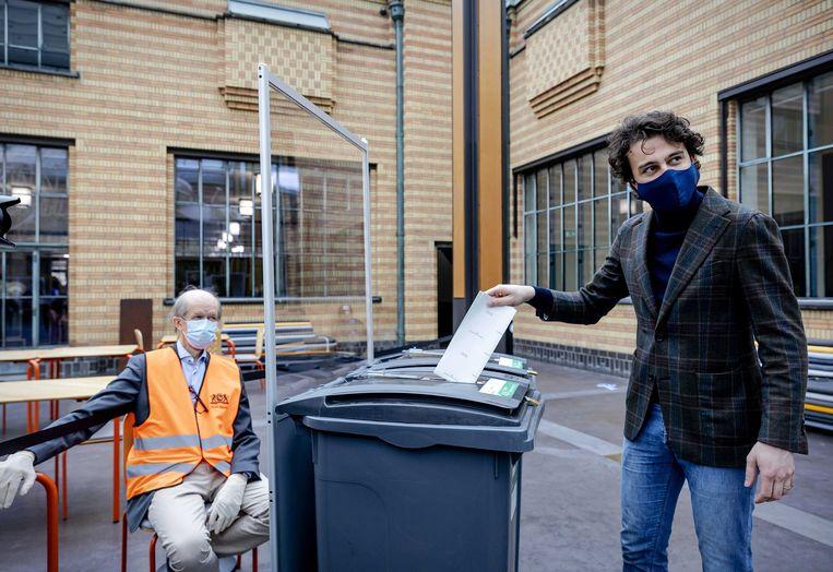 Jesse Klaver stemt in Het Kunstmuseum in Den Haag. Beeld EPA