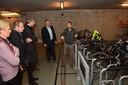 Mobiliteitsambtenaar Peter Raats geeft rondleidingen in de modelfietsenstalling.