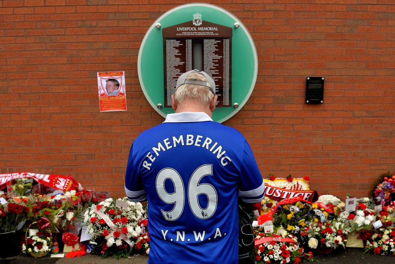 Een supporter van Everton, de andere club van Liverpool,  herdenkt de 96 overledenen bij het herdenkingsmonument aan het stadion van Liverpool FC.  De ramp greep plaats in het stadion Hillsborough  in Sheffield, waar Liverpool FC tegen Nottingham Forest speelde.