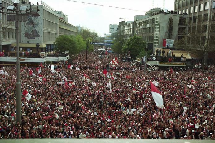 Supporters op de Coolsingel vieren de landstitel van Feyenoord in 1999.