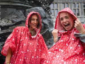 Ook die ellendige regen heeft zijn voordeel: stad deelt poncho's uit aan toeristen en op festivals