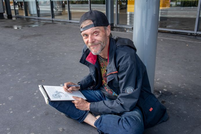 De dakloze tekenaar Erik de Winkel op het station in Nijmegen.