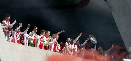 Spelers tonen schaal aan fans: 'Een spontane actie van Ajax'