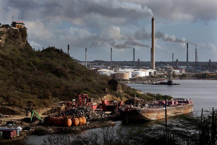 Uitzicht op de olieraffinaderij vanaf Fort Nassau op Curaçao. Beeld Daniel Rosenthal