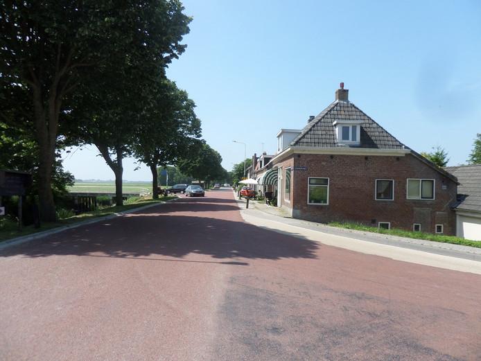 Een deel van Nije Altoenae, een dorp in Noord-Frietsland, genoemd naar Altena. Er zijn nog duidelijke verwijzingen naar het Land van Heusden en Altena.