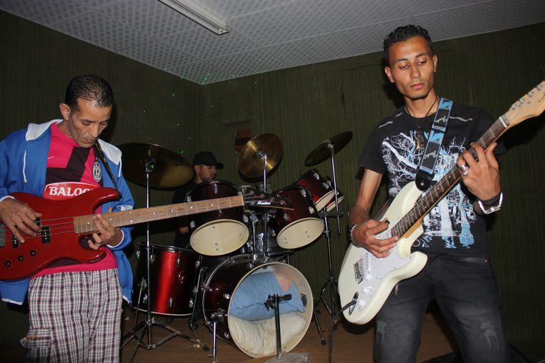 Metalband The Black Skulls in actie. Drummer Ali ziet gesneuvelde bandleden zoals bassist Abdullah regelmatig vervangen worden. Beeld rv
