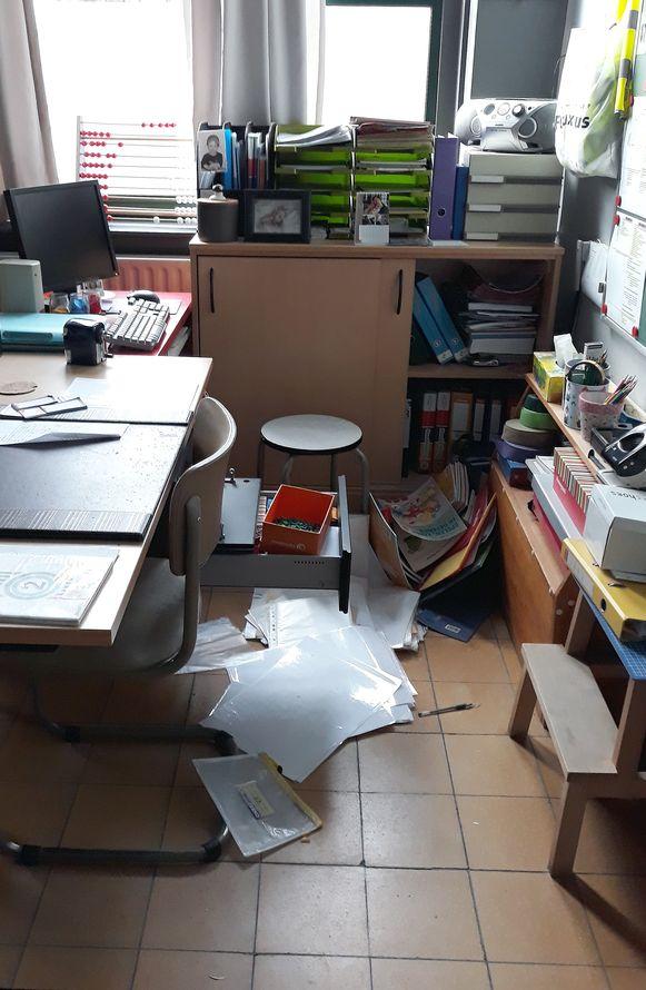 De daders trokken een hoop papieren en kaften uit de kasten.