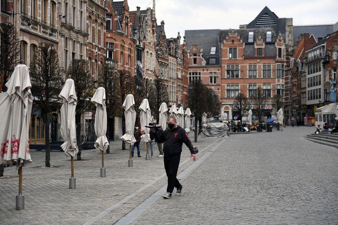 Een verdwaalde ober op de Oude Markt in Leuven. Er wordt luidop gedroom van meer bedrijvigheid, maar dat is gezien de huidige coronacijfers hoogst onzeker.