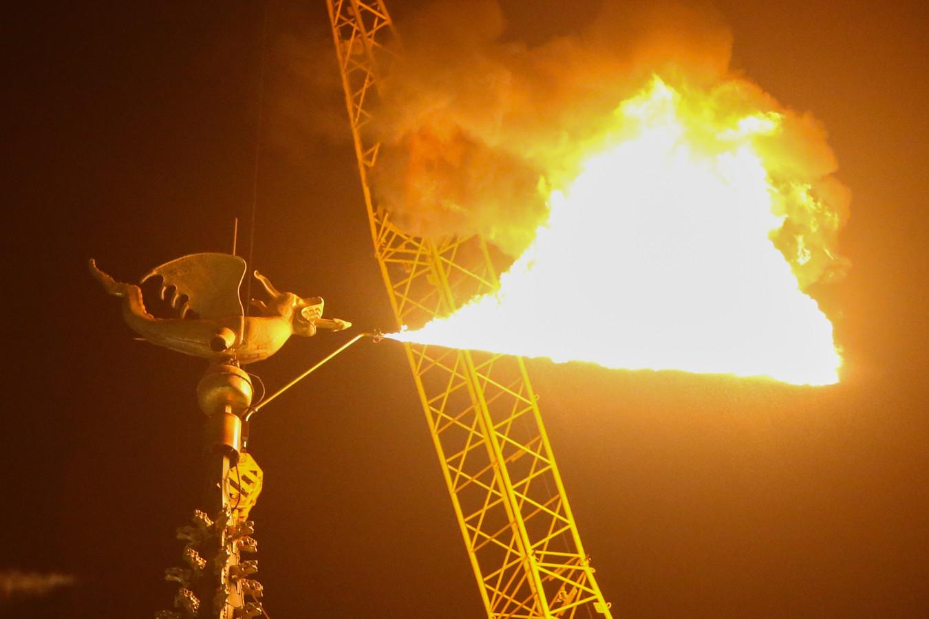 Onze vurige Belfortdraak - die tijdens de Gentse Feesten van 2018 écht vuur spuwde - wacht vol ongeduld op de draak Margrietje uit Ieper