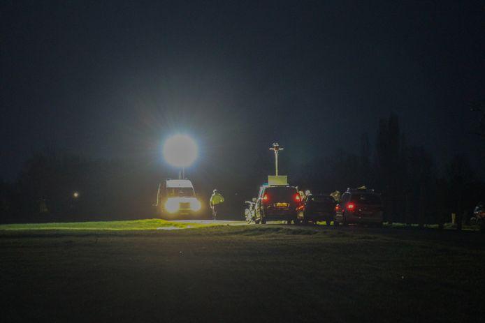 Politie onderzoekt in Beltrum de plek waar het lichaam is gevonden.