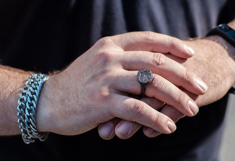 Randy Bloemhof vond onder meer deze ring. Beeld Hanne van der Woude