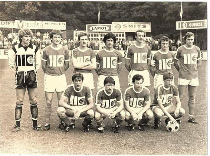 Johnny Van Den Bossche (onder, uiterst rechts met bal aan de hand) en de ploeg van Boom FC in 1979.