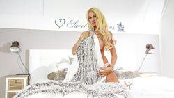 'Barbie' laat zich betasten op eroticabeurs