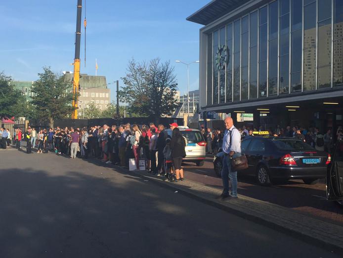 Mensen op station Eindhoven.