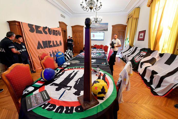 De spullen van de Juventus-fans die door de Italiaanse politie in beslag zijn genomen.