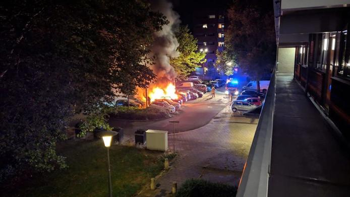Op een parkeerplaats in aan de Arnhemse Liemuidenplaats gingen vijf auto's in vlammen op.