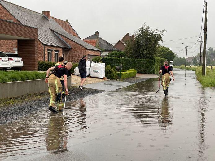 De brandweer was de hele avond in de weer met oproepen van wateroverlast