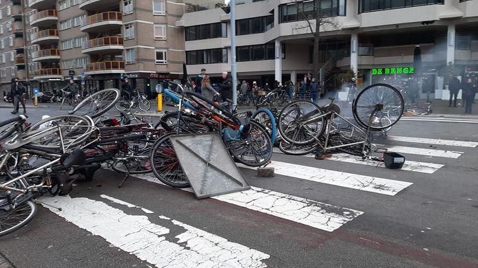 Een barricade van fietsen voor het station.