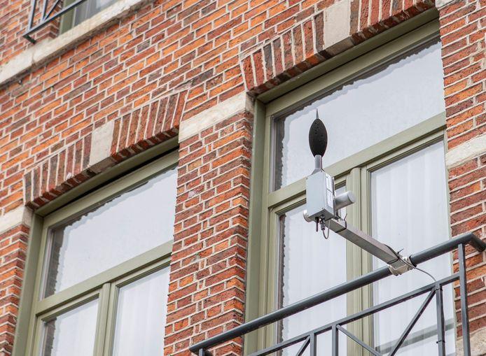 Een geluidsmeter bevestigd aan een balkon in de Naamsestraat in Leuven.
