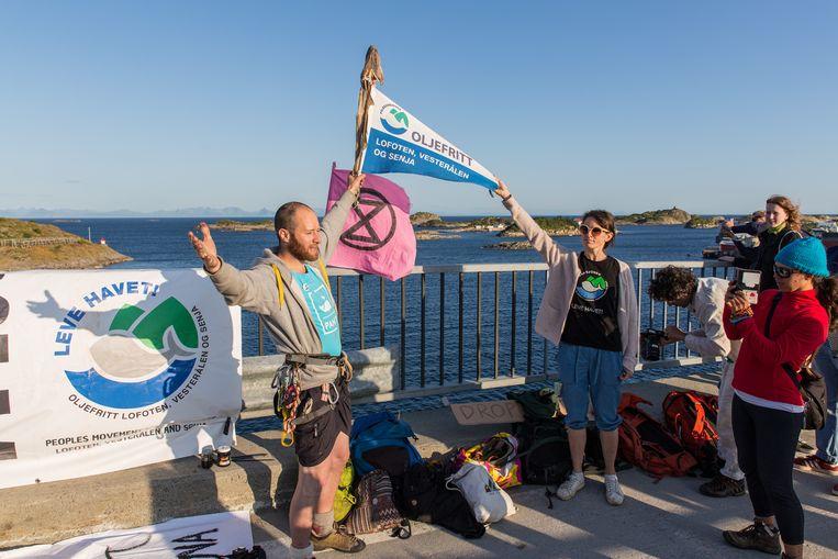 De 'Volksbeweging voor een olievrije Lofoten, Vesteralen en Senja' voert actie op de brug naar Henningsvaer, een vissersdorp op de Lofoten. Beeld Eric Fokke