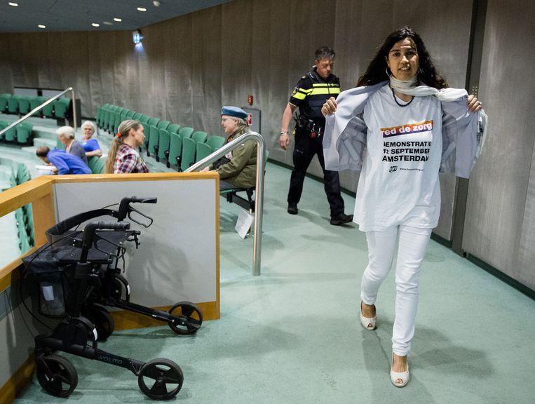 Een bezoeker van de publieke tribune werd vorige week gevraagd haar protest-shirt uit te trekken tijdens het debat over de volkspetitie Red de Zorg. Beeld anp