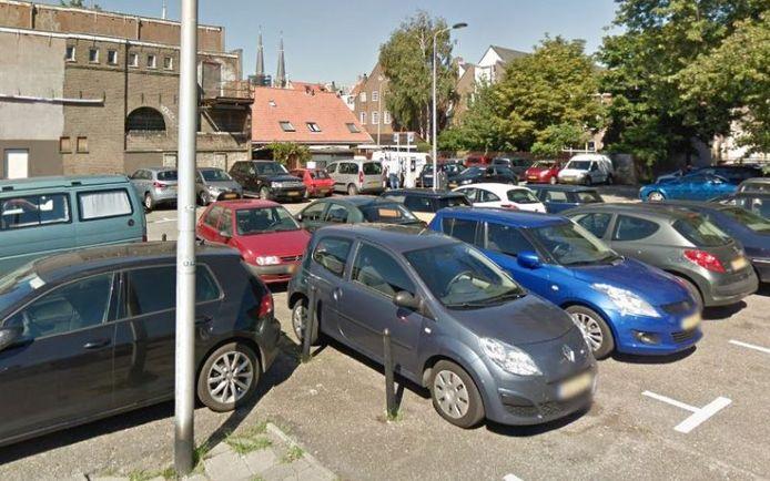 Parkeren op de Gasthuisplaats in Delft. Auto's moeten in de toekomst de garages in.