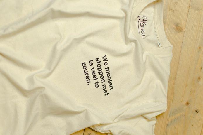 """T-shirt met opdruk """"We moeten stoppen met te veel te zeuren"""", naar de uitspraak van infectiologe Erika Vlieghe in De Zevende Dag"""
