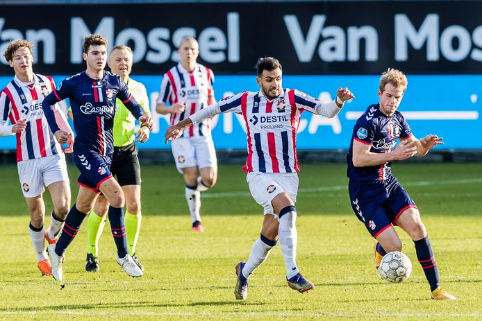 Vangelis Pavlidis in duel met Nikolai Laursen (rechts) van FC Emmen.