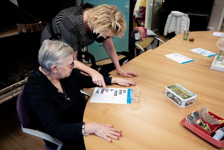 Op woonzorgpark Groot Schuylenburg in Apeldoorn worden cliënten ingelicht over de toekomstige vaccinatie. Op de foto links Marian Jonges (cliënt) en Anja Rouwendal (cliëntcoach). Beeld Bram Petraeus