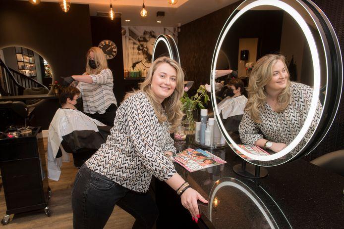 Amber van den Heuvel in haar haarsalon.