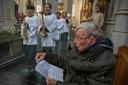 In zijn scootmobiel ontving Jan van Noorwegen in 2019 met instemming het protest van zijn parochianen tegen de voorgenomen sluiting van de Heuvelse kerk.